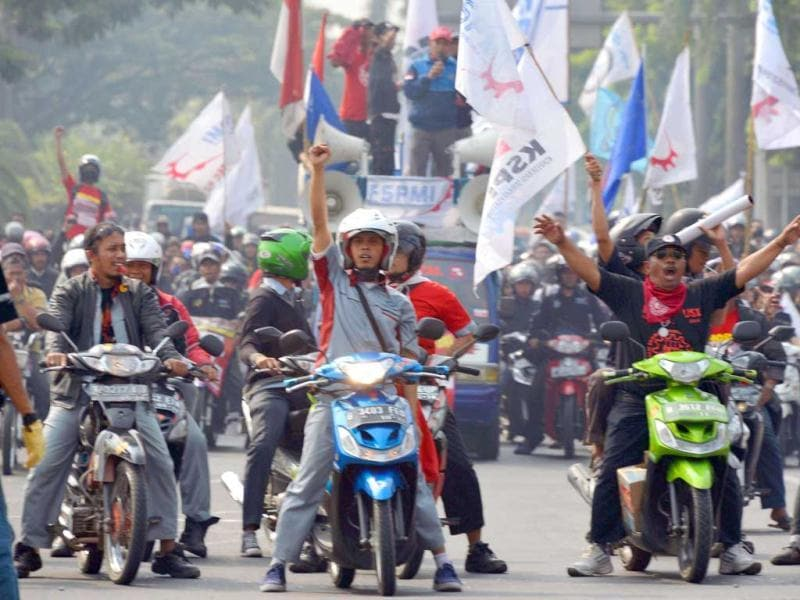 Factory workers from various labour groups take part in a motorcycle convoy during a protest against working conditions in the industrial area of Cikarang, West Java. The Indonesian Council of Workers (MPBI) organised protests against the practice of outsourcing manpower and unsuitable working conditions. (AFP Photo)