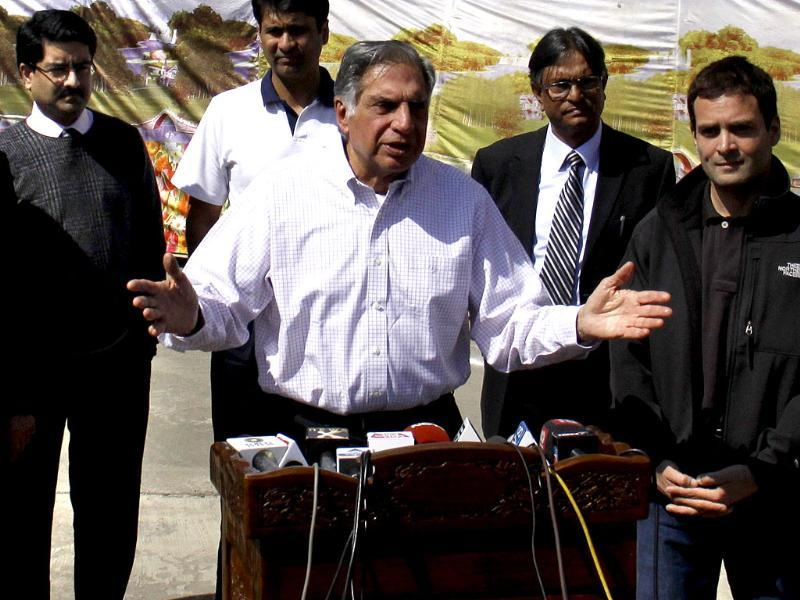 Industrialist Ratan Tata speaks to the media after interaction with students at Kashmir University in Srinagar. AICC general secretary Rahul Gandhi (R), Kumar Mangalam Birla and Deepak Parekh (L) are also seen. HT photo/Waseem Andrabi