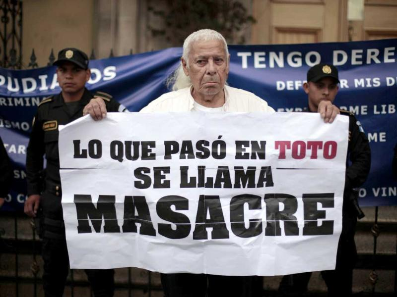 A man holds a sign outside the Casa Presidencial, or Presidential House, during a demonstration in Guatemala City.(Reuters/Jorge Dan Lopez)