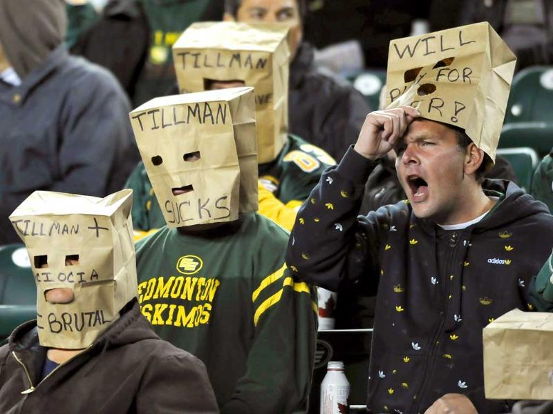 Edmonton Eskimo fans express their feelings during their CFL football game against the Hamilton Tiger-Cats in Edmonton. (Reuters/Dan Riedlhuber)