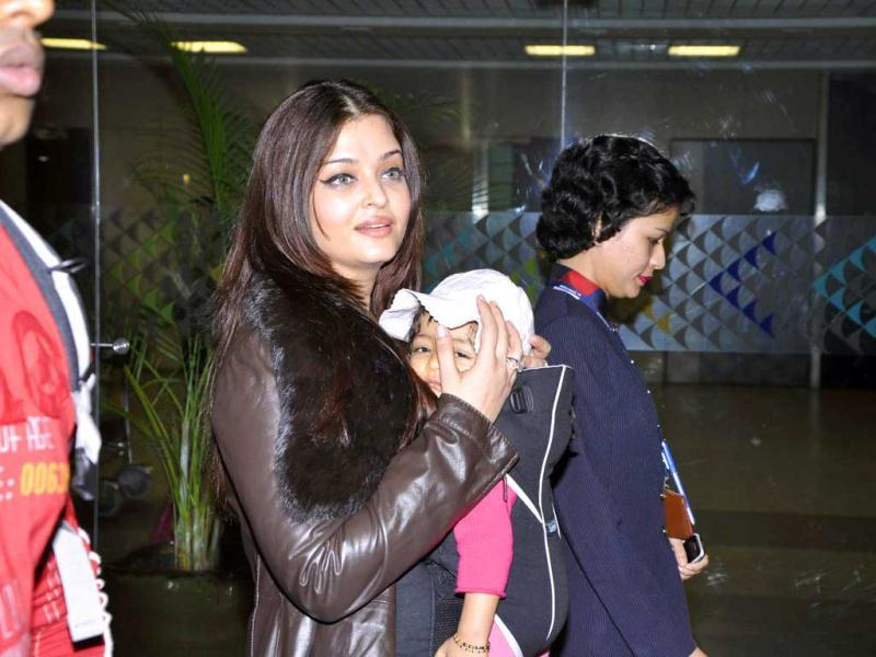 Despite Aaradhya's face being seen by most fans and followers, mommy Ash still kept trying to protect her daughter from the media glare. (Photos: Viral Bhayani)