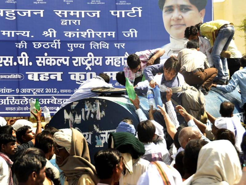 BSP followers almost in a stamped situation for drinking water during party's Mahasankalp Rally at Rambai Ambedkar Rally Stahal, in Lucknow. HT/Ashok Dutta