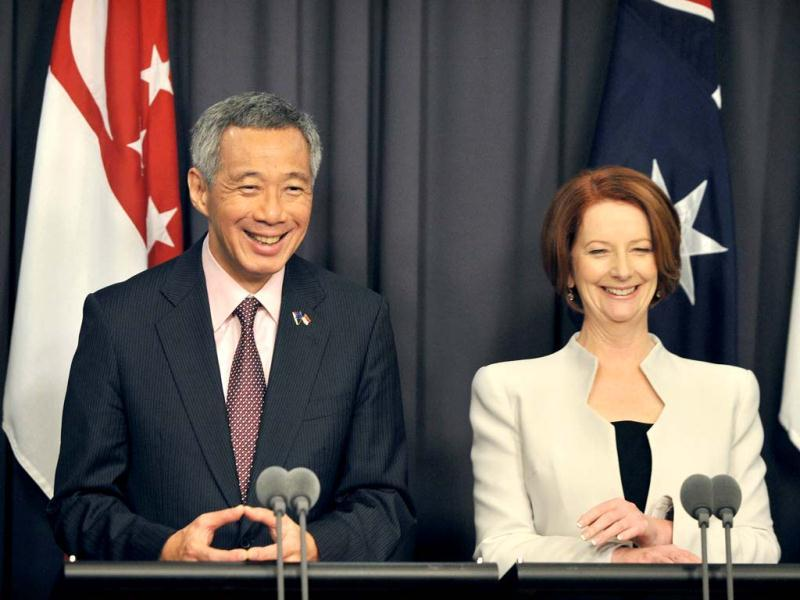 Singapore Prime Minister Lee Hsien Loong (L) speaks during a press conference with Australian Prime Minister Julia Gillard (R) during a visit to Parliament House in Canberra. AFP photo