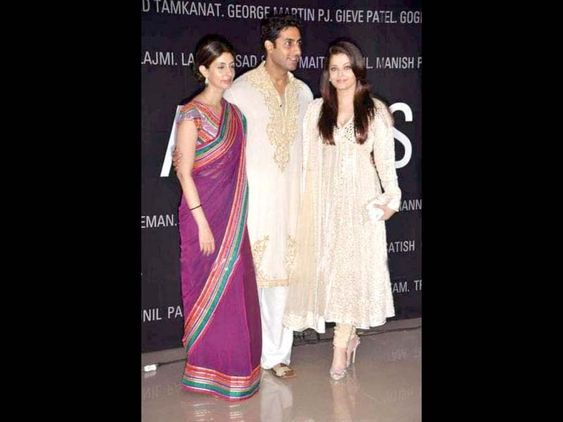 Shweta Nanda, Abhishek Bachchan and Aishwarya Rai Bachchan pose together during the event.