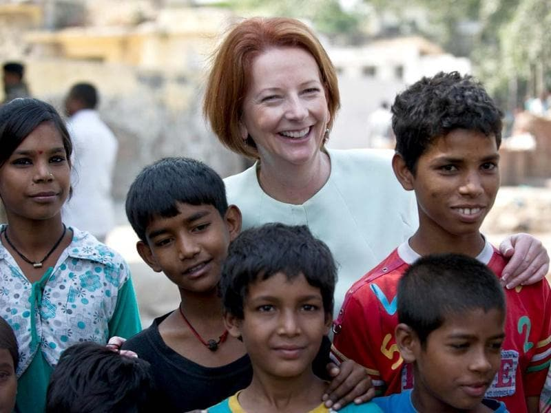Prime Minister of Australia Julia Gillard (C) poses with children during her visit to Asha Education project site to meet slum students in New Delhi. Australian Prime Minister is on a three day state visit to India. (AFP Photo)