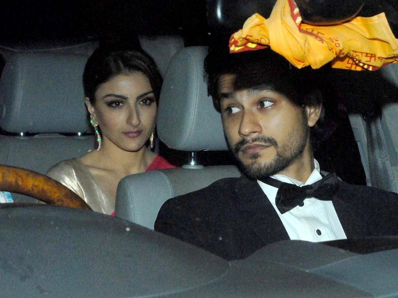 While Soha wore a pink sari with golden blouse, Kunal was seen in a tuxedo.
