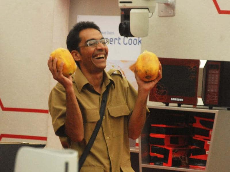 Vrijesh relishes papayas. Evidently a lot!