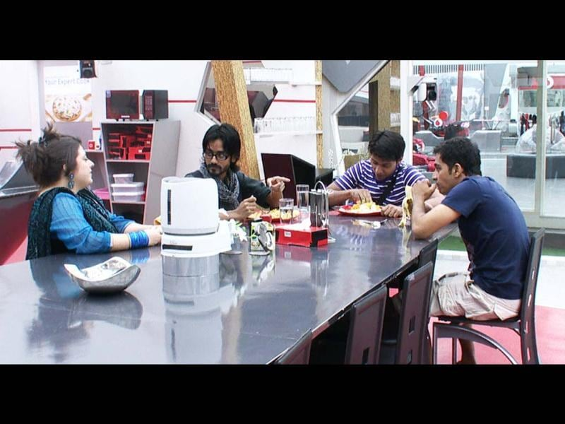 Aseem, Delnaaz, Khasif & Vrijesh are having lunch together and Delnaaz begins her flirting with Assem. Later on, it all turns out to be a prank.