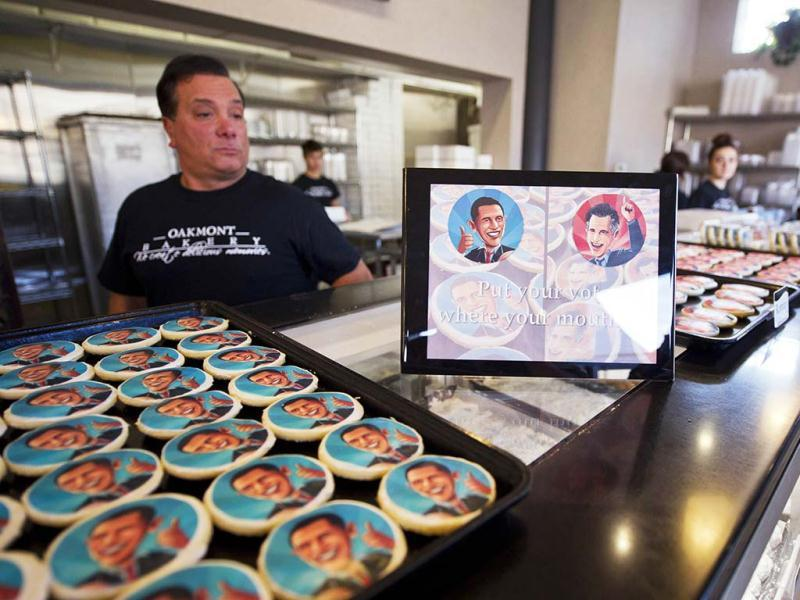 Marc Serrao, 50, makes election cookies of US President Barack Obama and Republican presidential candidate Mitt Romney for customers at the Oakmont Bakery in Oakmont, Pennsylvania. (AFP Photo)