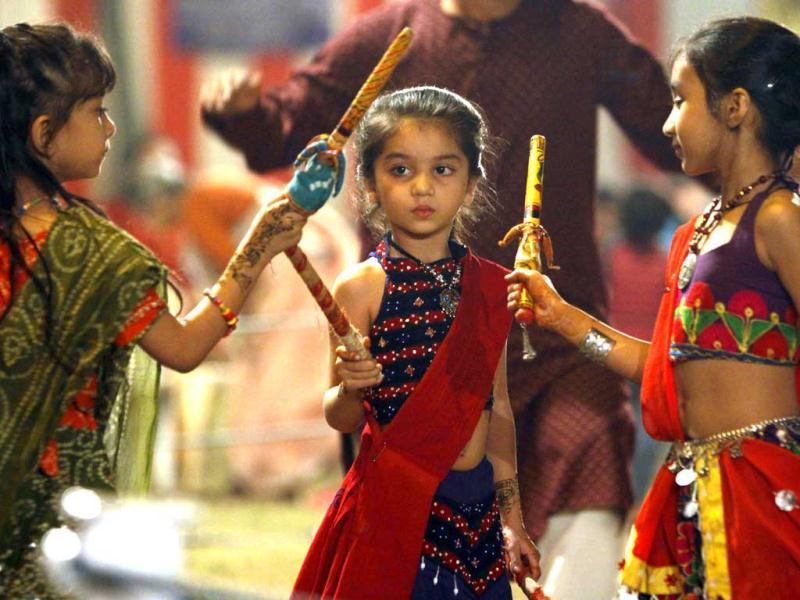 Children take part in Garba and Dandiya, celebrating Navratri Utsav organized Gujarat Youth club at Gujarat Vihar in East Delhi. HT/Sonu Mehta