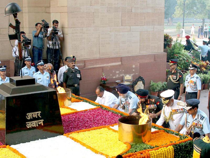 Defence minister AK Antony, Marshal of Indian Air Force Arjan Singh and three Services Chiefs pay tributes 1962 war martyrs at Amar Jawan Jyoti in New Delhi. UNI Photo