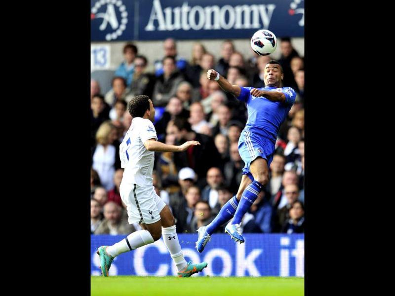 Chelsea's English defender Ashley Cole (R) vies with Tottenham Hotspur's English midfielder Aaron Lennon (L) during their English Premier League football match at White Hart Lane in London, England. (AFP Photo)
