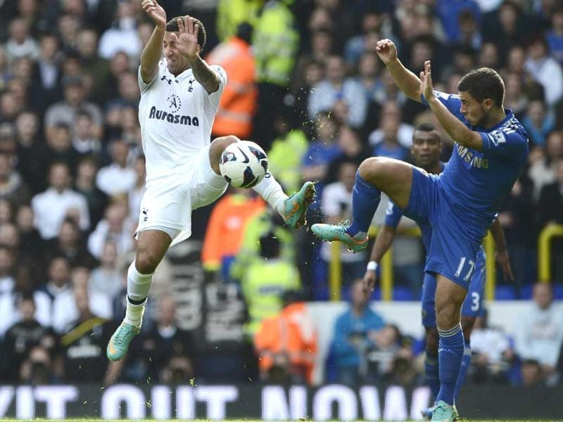 Tottenham Hotspur's Aaron Lennon (L) challenges Chelsea's Eden Hazard during their English Premier League soccer match at White Hart Lane in London. (Reuters)