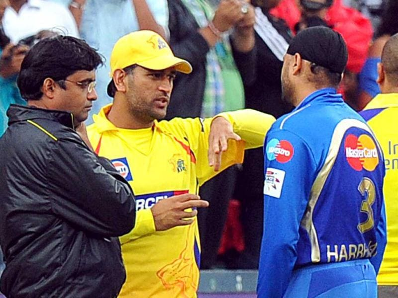 Mumbai Indians captain Harbhajan Singh (2nd R) talks with Chennai Super Kings captain Mahendra Singh Dhoni (2nd L) before the Champions League T20 (CLT20) game between Chennai Super Kings and Mumbai Indians at the Wanderers Stadium in Johannesburg. AFP Photo/Alexander Joe