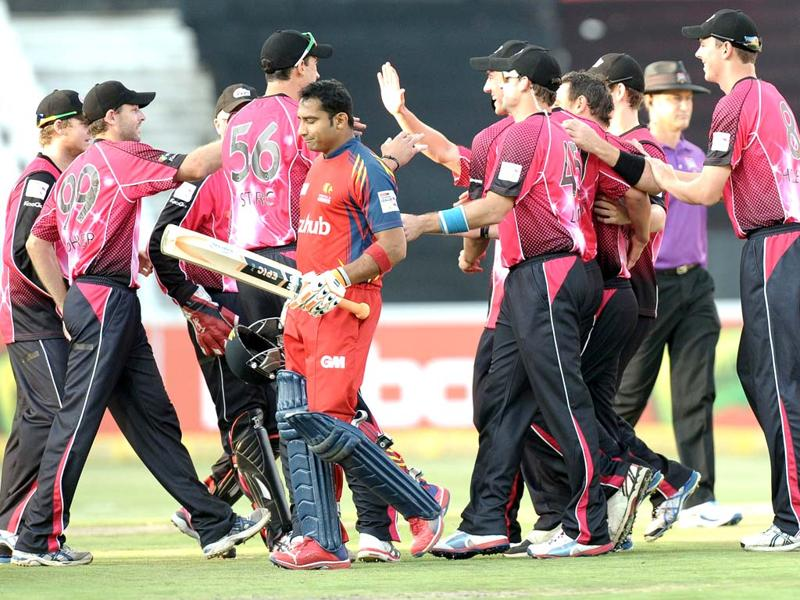 Sydney Sixers squad celebrates the dismissal of Highveld Lions's batsman Gulam Bodi (L) during the final Champions League T20 (CLT20) match at the Wanderers Stadium in Johannesburg. AFP Photo / Stephane De Sakutin