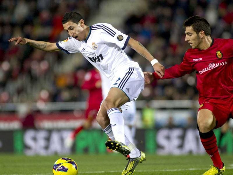 Real Madrid's Argentinian midfielder Angel di Maria (L) vies with Mallorca's midfielder Pedro Bigas during the Spanish league football match Mallorca vs Real Madrid at the Iberostar stadium in Palma de Mallorca. (AFP Photo)