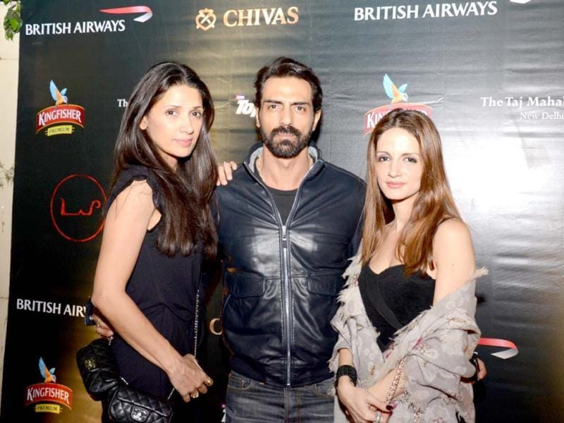 Mehr and Arjun Rampal pose with Sussanne Roshan.
