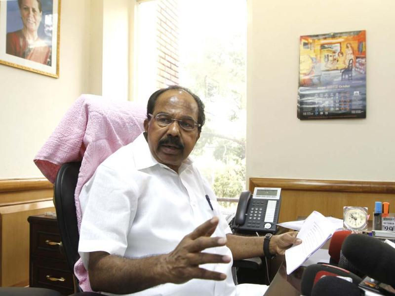 M Veerappa Moily takes charge as petroleum minister at Shastri Bhavan in New Delhi. HT/Sanjeev Verma