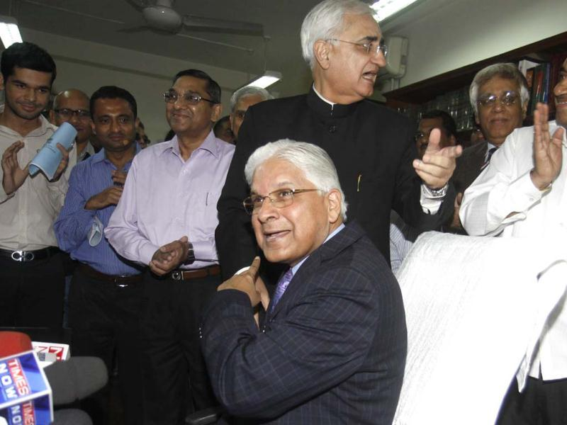 Salman Khurshid outgoing law minister offering the chair to the new law minister Ashwani Kumar who took charge as new Union minister for law and justice at Shastri Bhawan in New Delhi. HT/Sonu Mehta