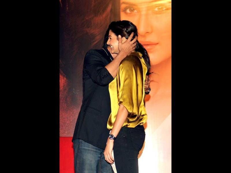 Bollywood actor Shah Rukh Khan (L) embraces actress Anushka Sharma during a promotional event for Jab Tak Hai Jaan. (AFP)