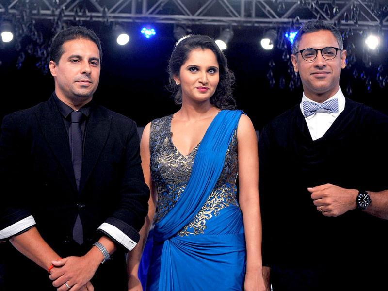 Sania Mirza poses for the shutterbugs with designers Shantanu and Nikhil. (Photo/AFP)
