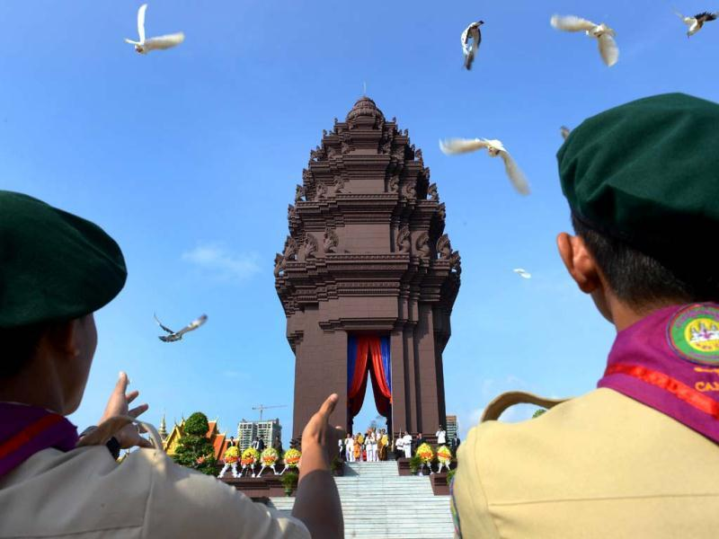 Cambodian scouts release doves during a ceremony marking Independence Day in Phnom Penh. Cambodia is celebrating the 59th anniversary of its independence from France. (AFP Photo)