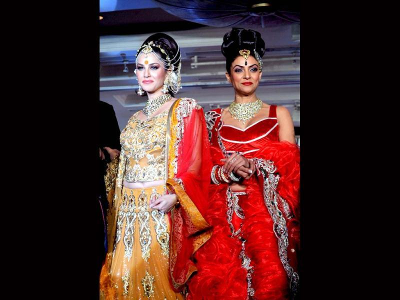 Sunny Leone and Sushmita Sen walked the ramp in designer Rohit Verma's creations at a recent event. While Sushmita looked classy and stunning in the bright red outfit, Sunny looked too gawdy and over-the-top. Take a look.