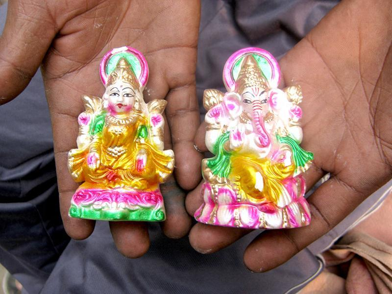 'Chinese' Lakshmi and Ganesh deities at a roadside stall in New Delhi on the eve of Diwali.. HT/Ritam Halder