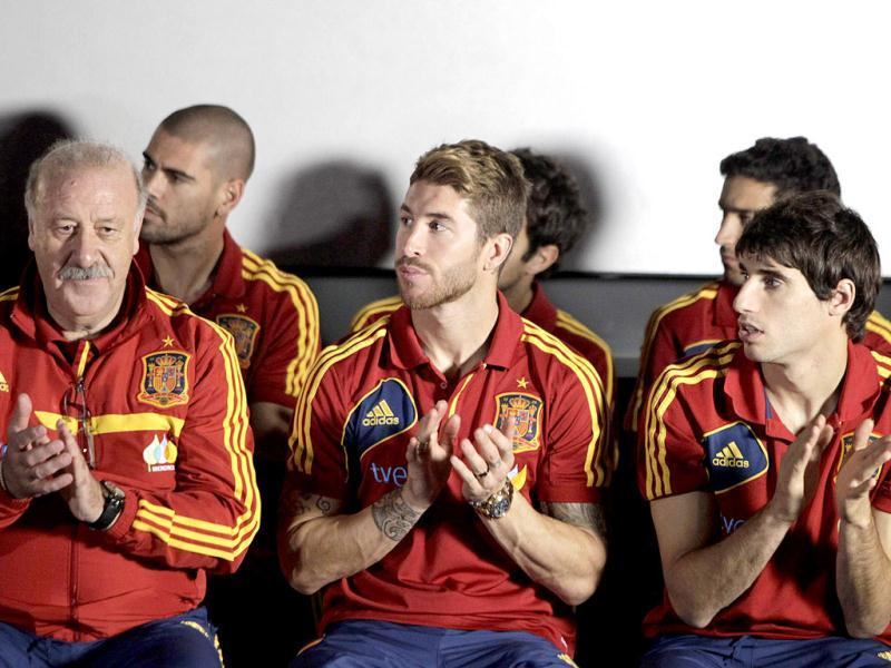 (L-R) Spain's coach Vicente Del Bosque claps with members of his team Victor Valdes, Sergio Ramos and Javier Martinez during a visit to the Presidential Palace in Panama City. (Reuters)