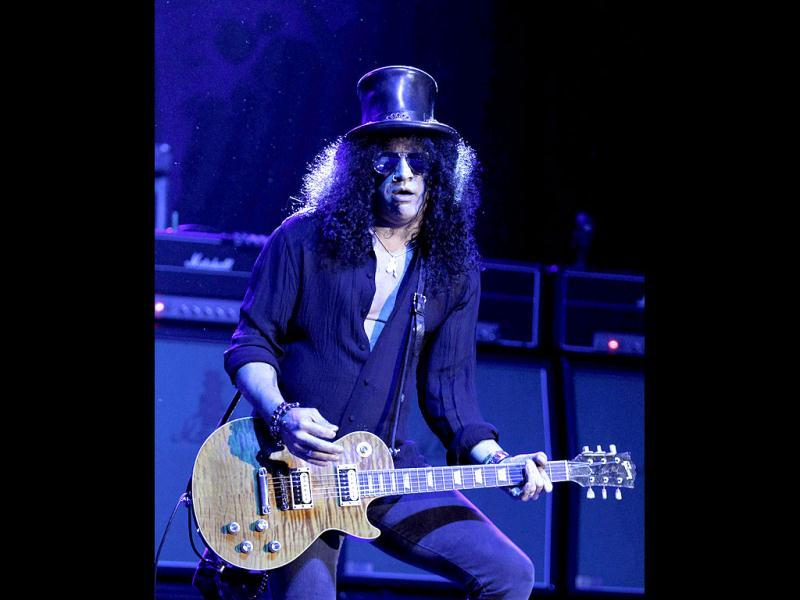 U.S. musician Slash performs at Montevideo's summer theater. (Reuters)