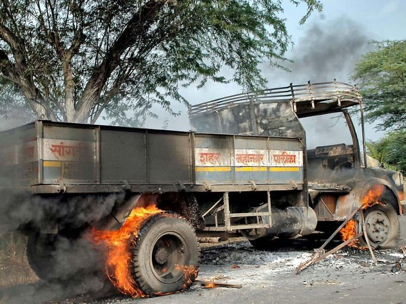 Sugarcane farmers' agitation in Sangli district in Maharashtra has taken violent turn with government refusing to intervene in the price issue. HT photo / Uday Deolekar