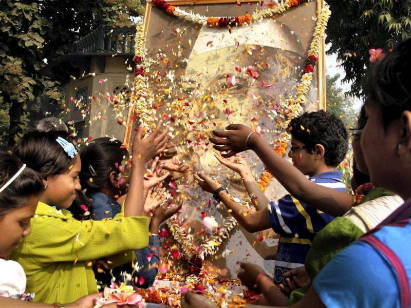 Children paying tribute to Pt Jawaharlal Nehru at Anand Bhawan on his 123rd birth anniversary in Allahabad. PTI photo