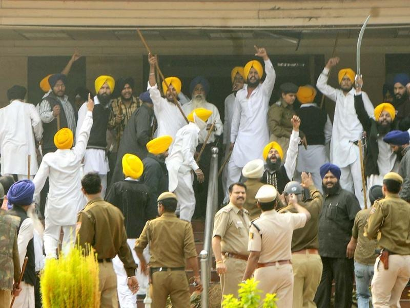 Task force members are the one of the groups that clashed ahead of a meeting of Delhi Sikh Gurudwara Prabhandak Committee at the Rakabganj Sahib Gurdwara in New Delhi. Hindustan Times