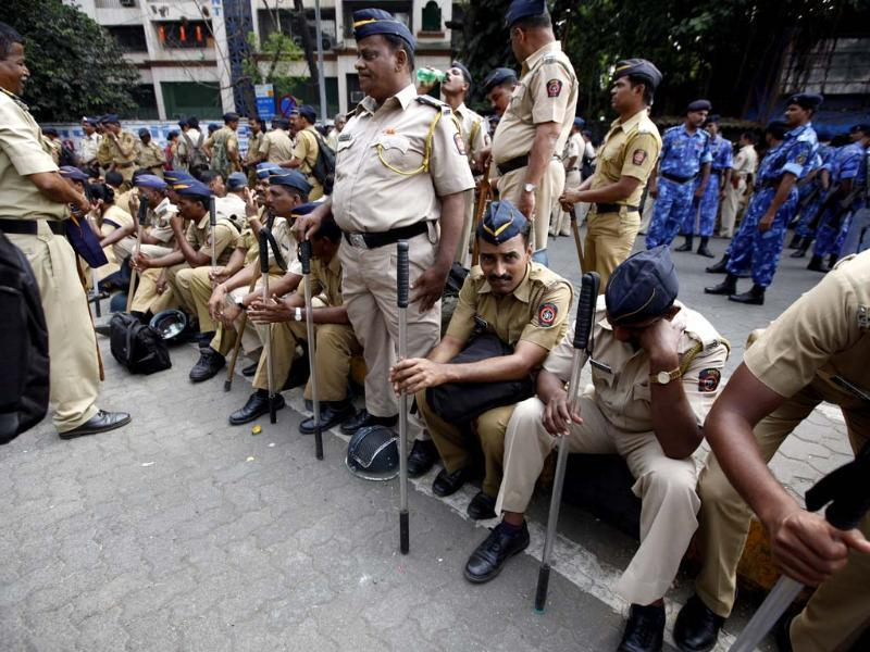 Policemen are deployed outside Matoshree residence of Shiv Sena chief Bal Thackeray. Thackery's health had worsened on Wednesday, leading to a surge of supporters gathering outside his residence in Mumbai. (Photo by Vijayanand Gupta / Hindustan Times)