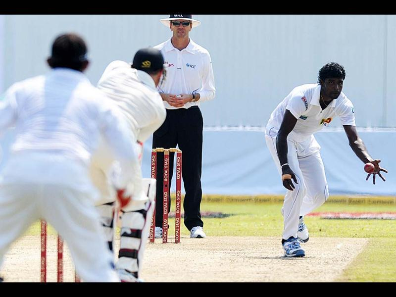 Sri Lanka cricketer Shaminda Eranga (R) fields a ball during the first day of the opening Test Match between Sri Lanka and New Zealand at the Galle International Cricket Stadium in Galle. (AFP Photo)