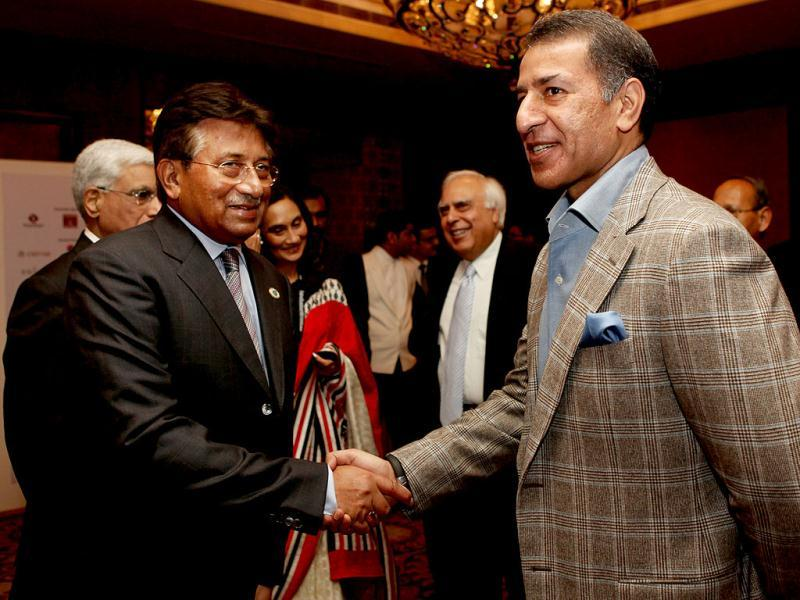Rajan Mittal meets Pervez Musharraf, former president of Pakistan, after the session during the second day of the Hindustan Times Leadership Summit in New Delhi. HT/Ajay Aggarwal