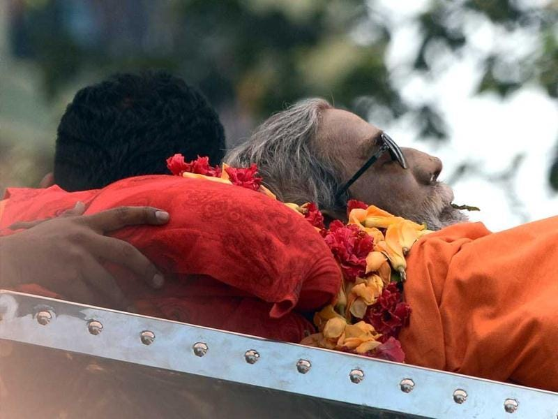 The body of Shiv Sena chief Bal Thackeray makes way through a sea of supporters during a funeral procession in Mumbai. AFP Photo