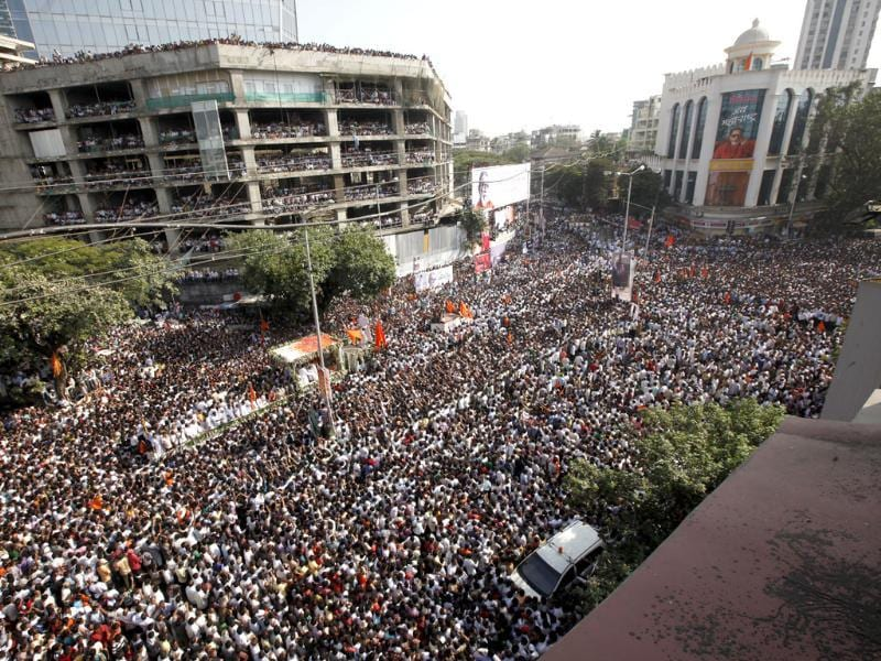 Supporters follow the funeral cortege of Shiv Sena party leader Bal Thackeray in Mumbai. HT/Vijayanand Gupta