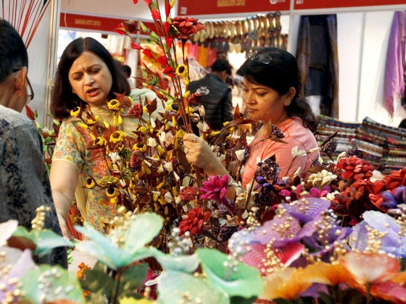 Customers at stalls during the India International Trade Fair (IITF) in Pragati Maidan, New Delhi. HT/Sanjeev Verma