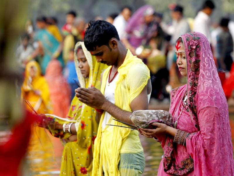 Devotees offer prayers to the sun during Chhath Puja while standing in a pond near India Gate. HT Photo/Ajay Aggarwal