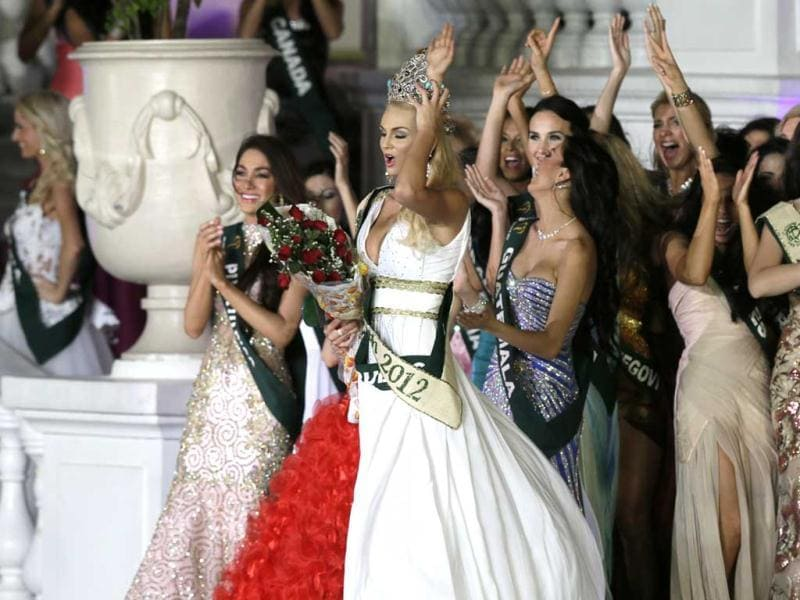 Miss Earth 2012 winner Tereza Fajksova of the Czech Republic, center, is applauded by other beauty contestants, after being crowned in Muntinlupa city, south of Manila, Philippines. AP photo