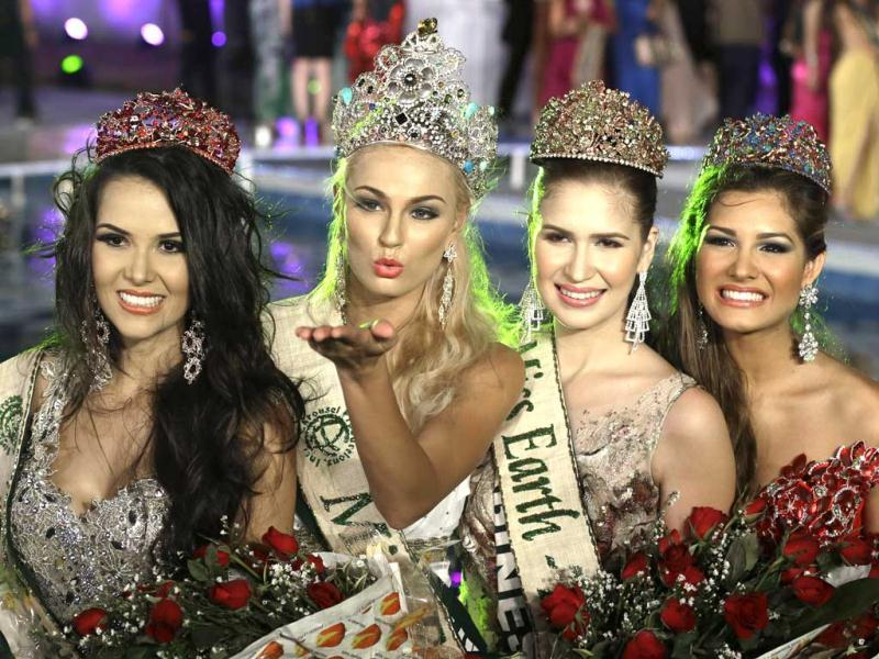 Miss Earth 2012 winner Tereza Fajksova of the Czech Republic, second from left, pose before a throng of photographers after being crowned at the coronation night in Muntinlupa city, south of Manila, Philippines. Organizers dubbed the Miss Earth, as the only beauty pageant with an advocacy to save Mother Earth. AP photo