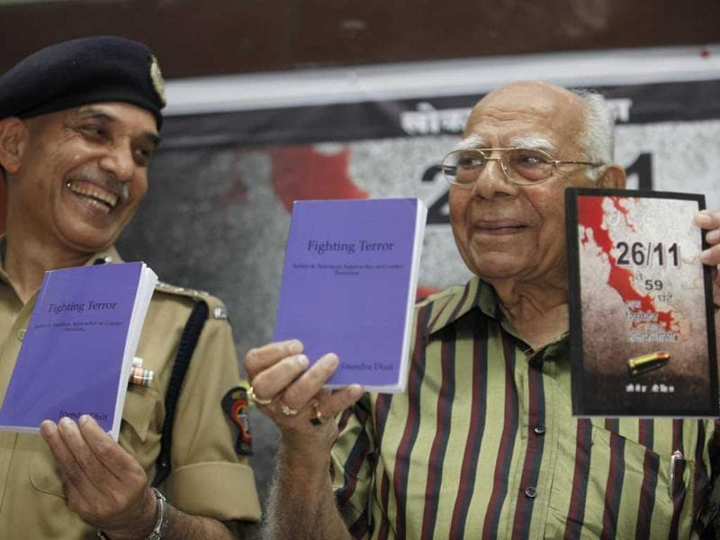 Mumbai police commissioner Satyapal Singh and former law minister Ram Jethmalani launch 26/11, Veh 59 Ghante by Jitendra Dixit at Press Club of Mumbai. HT/Anshuman Poyrekar