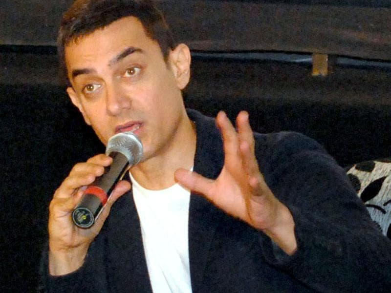 Aamir Khan seems to be explaining something with a lot of vigour at a Talaash press conference in Lucknow.