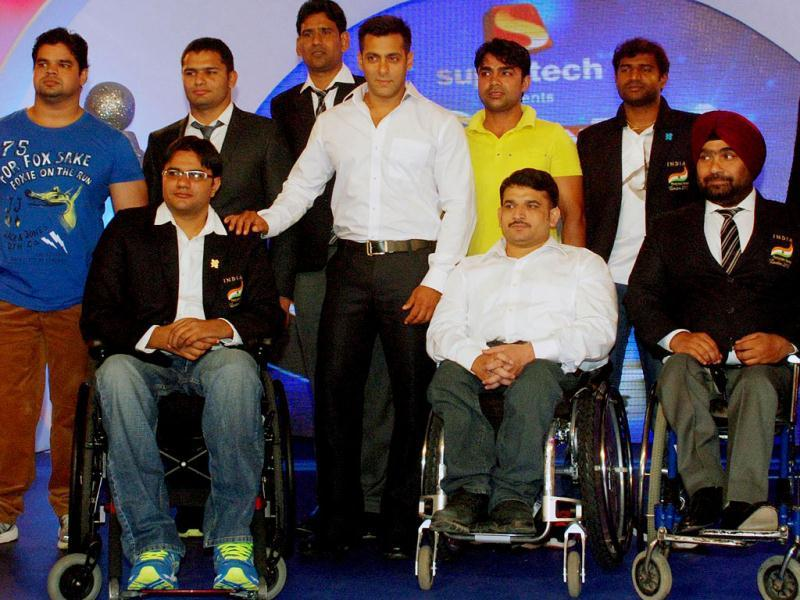 Salman Khan is seen posing with the Indian athletes who participated in the London Paralympics 2012 during the IBN7 Super Idols award ceremony, in Mumbai.