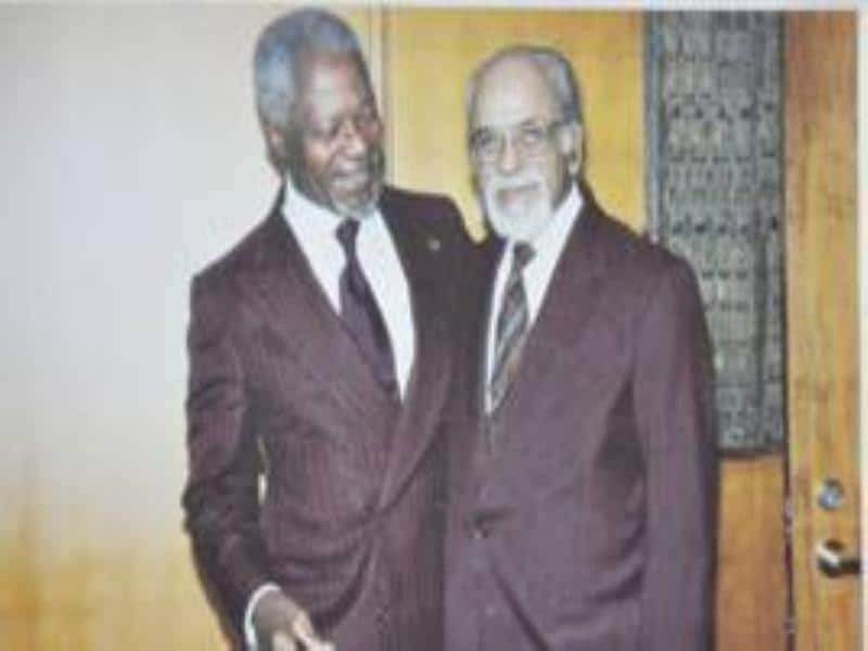 Gujral with the then secretary general of United Nations, Kofi Annan, in New York (October 2002).