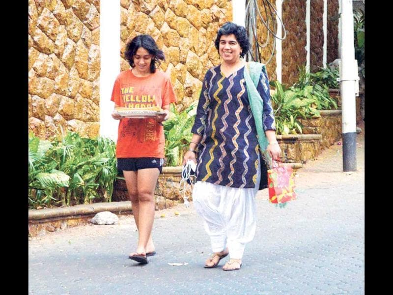 Aamir's ex-wife Reena Datta walked in with their daughter Ira, who was carrying a cake.