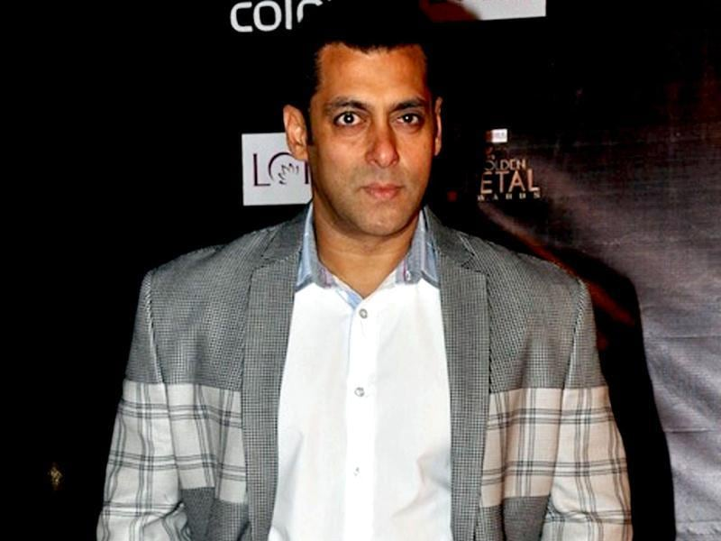 This year has been peaceful for Salman as far as controversies are concerned. The actor was infact spotted making peace with other co-stars. Oflate, Salman Khan is spotted hanging out with Abhishek Bachchan and the two had a warm chat at a recent party, even though Aishwarya was around.