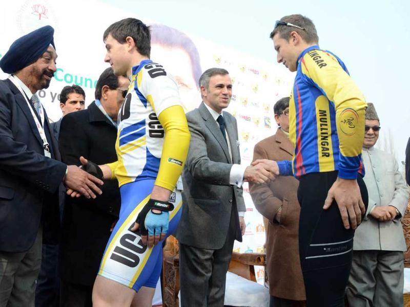 Jammu and Kashmir chief minister Omar Abdullah shaking hands with participants during Tour de India International Cycling Race on the banks of world famous Dal Lake in Srinagar. It is the first ever international cycling race held in India. UNI