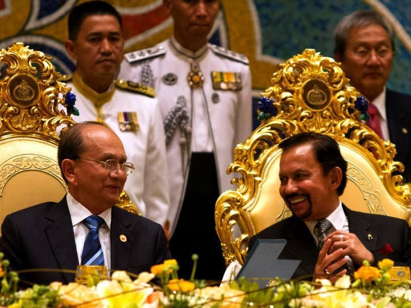 Brunei's Sultan Hassanal Bolkiah talking with the visiting Myanmar President Thein Sein at a banquet dinner in Bandar Seri Begawan. Thein Sein is touring Brunei on a state visit to hold talks on bilateral and international issues. AFP